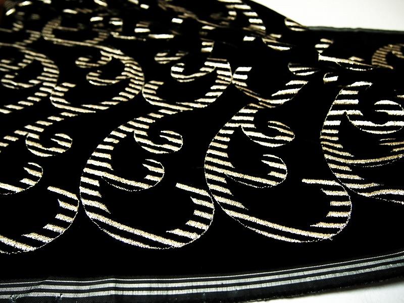 お買得 <strong>【ベルベット/オールオーバー/レース】</strong><br> 日本製生地<br> 黒/刺繍金ラメ<br> 90cm巾3.0m<br> 2381-686