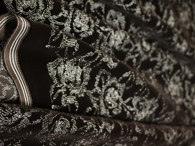 お買得 <strong>【ベルベット/オールオーバー/レース】</strong><br> 日本製生地<br> 茶/刺繍白<br> 90cm巾3.5m<br> 2381-695<br> 【一点在庫あり ご注文はお早めに】