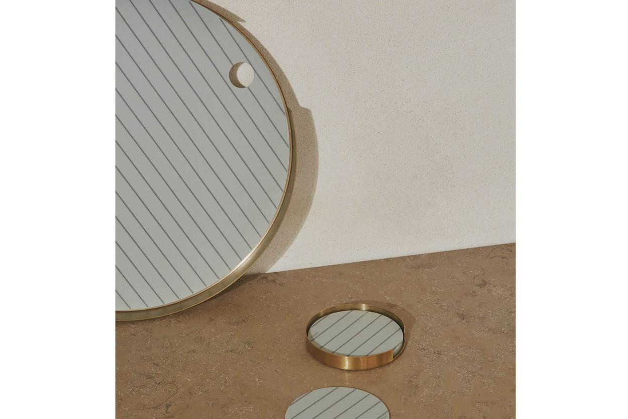 OYOY Living Design シリコンマット付のブラスカラーのオーバルトレイ Oka