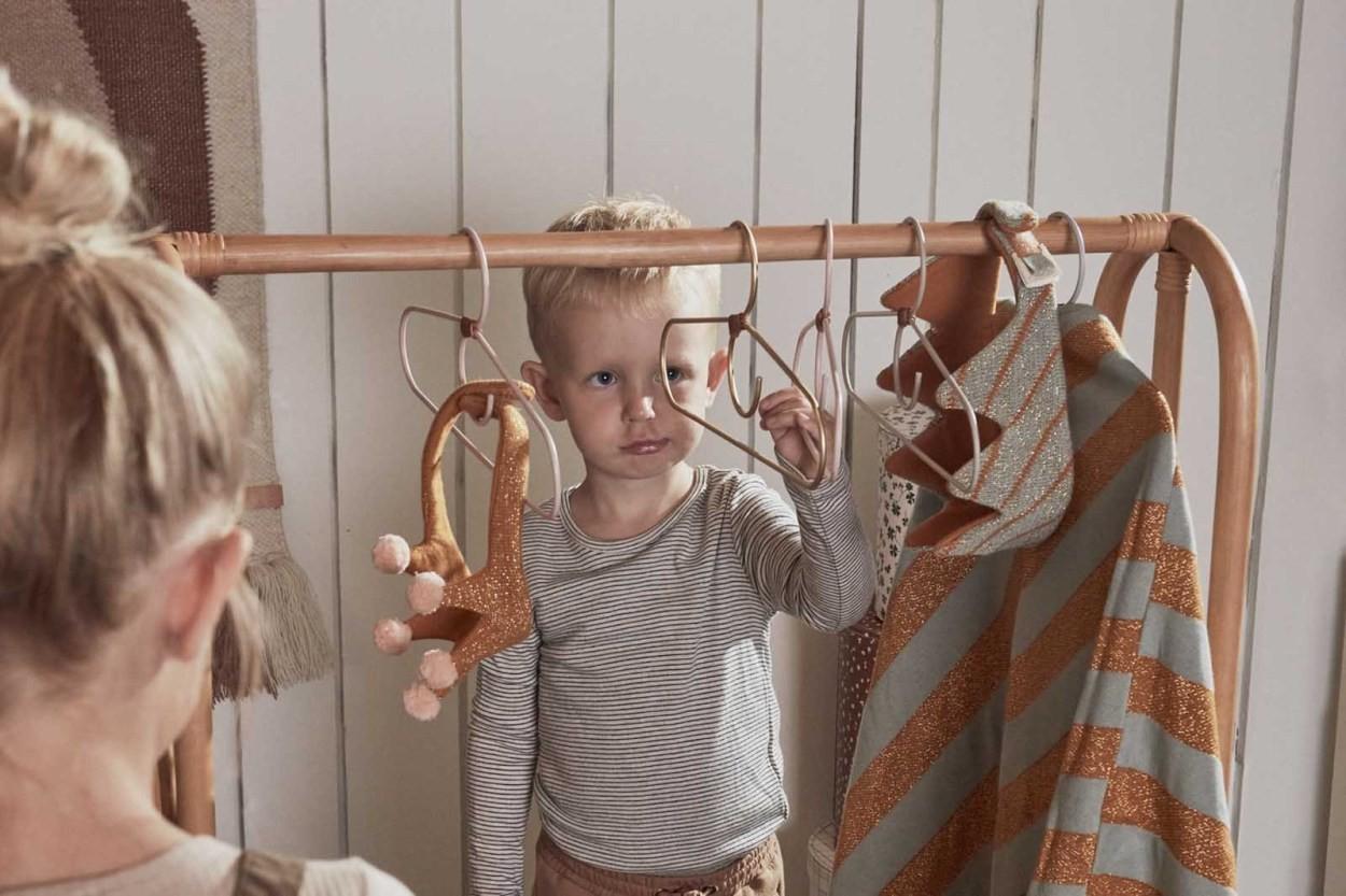 OYOY Living Design おしゃれデザインのスチールワイヤーハンガー 2本セット ブラスカラー