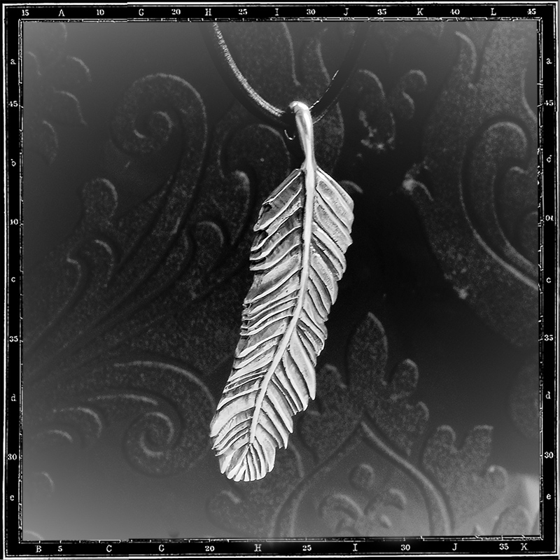 LOUVRES FEATHER PENDANT - MEDIUM