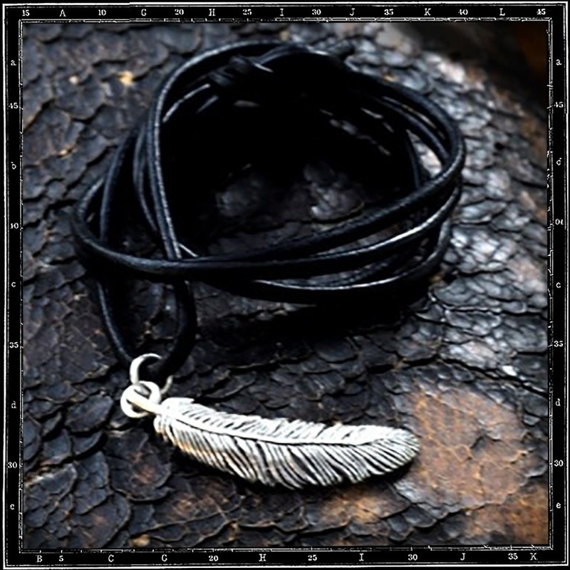 LOUVRES FEATHER PENDANT - SMALL