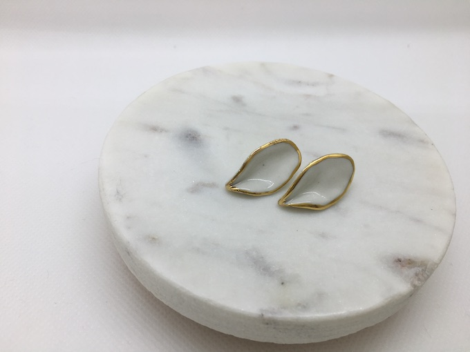 Nina Bosch 陶器ピアス フローラルリーフ (ホワイト)