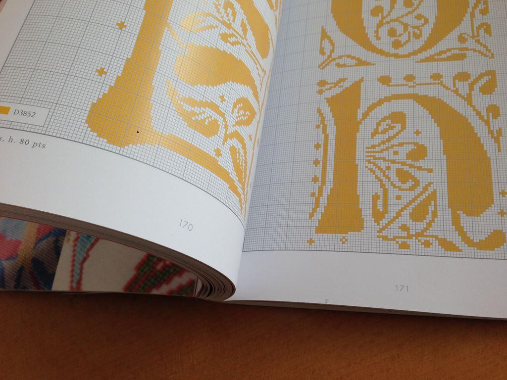 384)Lettres enluminees au point de croix