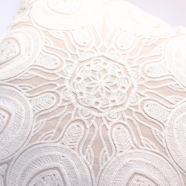 ベージュホワイト 総刺繍インテリアクッション