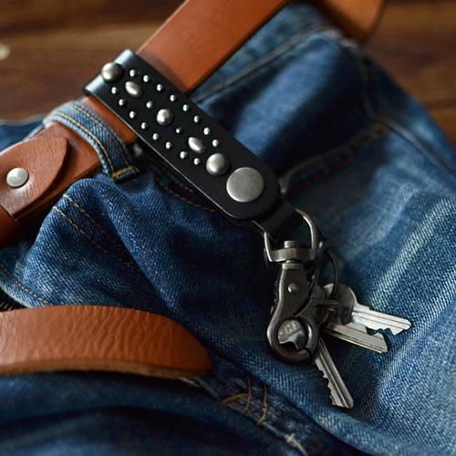 キーホルダー キーリング スタッズ メンズ レディース しっかりとした素材感の一枚革に、鈍く輝く銀色スタッズ。革のループやナスカンで、ベルトやカバンにひっかけるキーホルダー