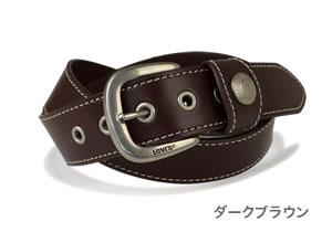 『Levi's -リーバイス-』しっかり感のある40mm幅の本革に丁寧にステッチをあしらいました。リーバイスのロゴが入ったハーネスバックルとベルト通しのコンチョがアクセント。メンズ、レディースに。
