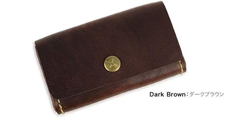 【アインソフ Ain Soph 名刺入れ カードケース】牛革に染み込ませたパラフィンで、独特のマット感とツヤ感に。シックなカラーに太番手のステッチがアクセント。ロゴ入りの金色ボタンがかわいい、フラップで開く名刺入れ。カードケースにも。「DA1185-HWM」