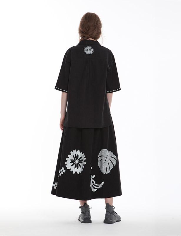 ポプリン オープンカラーブラウス(ブラック) ボタニカルモチーフ ハンドドローイング刺繍