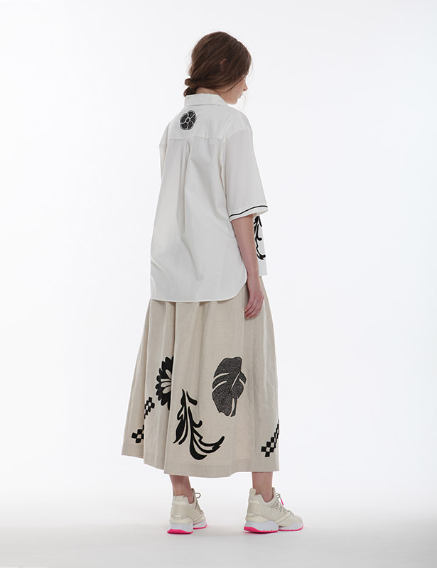 ポプリン オープンカラーブラウス(ホワイト) ボタニカルモチーフ ハンドドローイング刺繍
