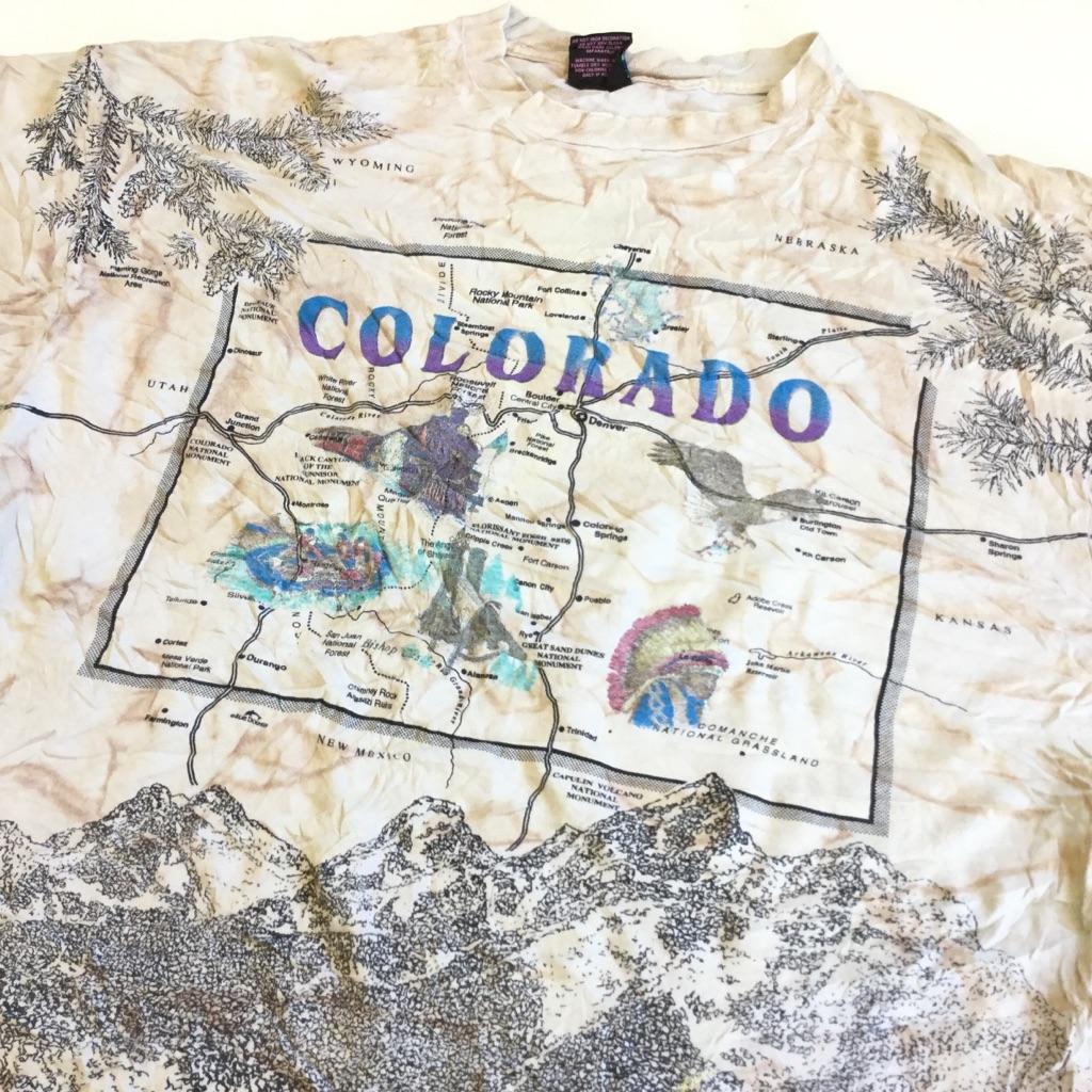 COLORADO コロラド マップ Tシャツ アメリカ直輸入 ムラ染め 半袖Tシャツ 送料無料 メンズ XXL/薄茶系xムラ染め BLUE DOLPHIN 総柄プリント 地図 山 観光 自然 USA 古着卸 業販 大きい ビッグ オーバー