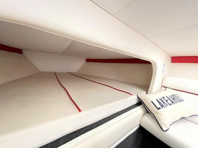新着情報!!2009'DONZI 38 ZR(USED) 今シーズン間に合います!! エアコン付き、水洗トイレ付き!!