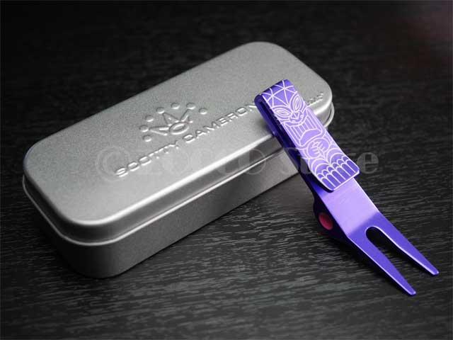 【カリフォルニア&東京ギャラリー限定】 ピボットツール スニーキーティキ - パープル  スコッティキャメロン Clip Pivot Tool - GalleryLimited - SNEAKY TIKI - Purple SCOTTY CAMERON