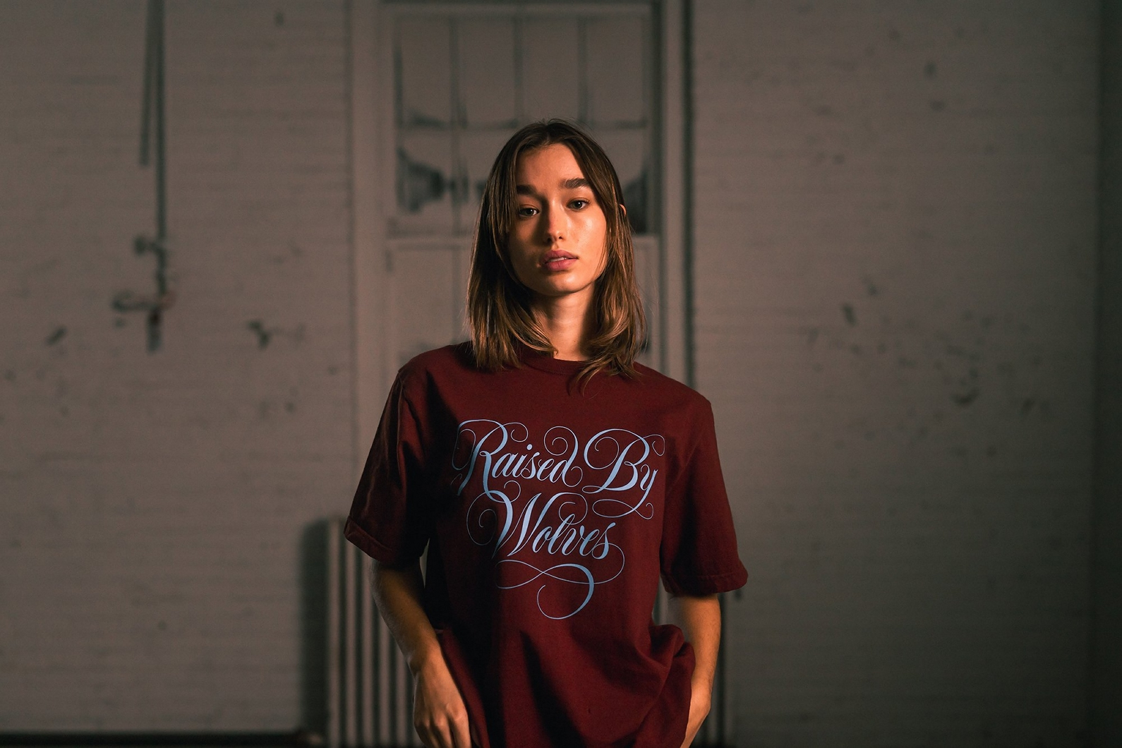 【RAISED BY WOLVES/レイズドバイウルブス】SPENCERIAN TEE Tシャツ / OXBLOOD