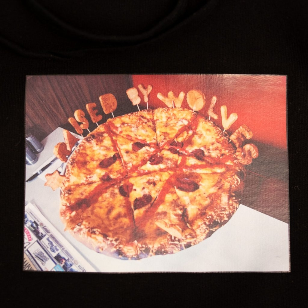 【RAISED BY WOLVES/レイズドバイウルブス】PIZZA HOODIE パーカー / BLACK