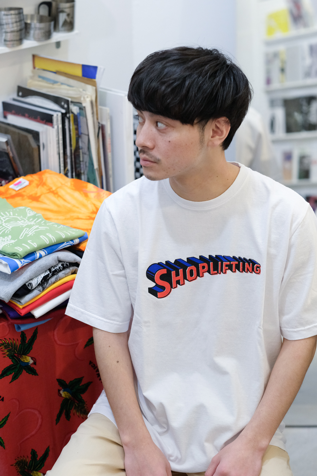 【RAISED BY WOLVES/レイズドバイウルブス】SHOPLIFTING TEE Tシャツ / WHITE
