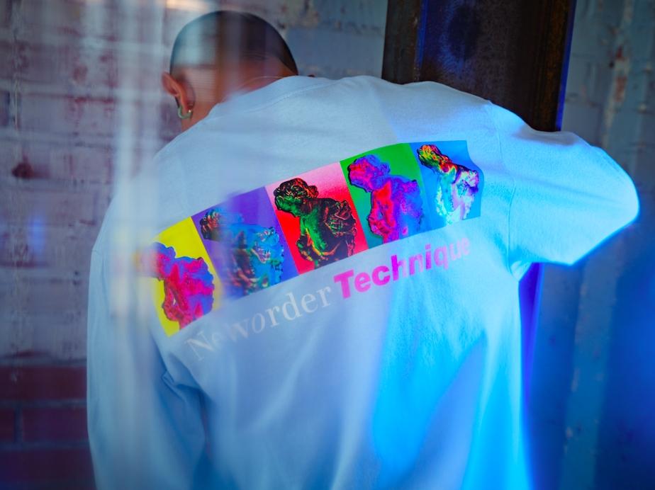 【PLEASURES/プレジャーズ×NEW ORDER/ニュー・オーダー】TECHNIQUE LONG SLEEVE T-SHIRT 長袖Tシャツ / POWDER BLUE