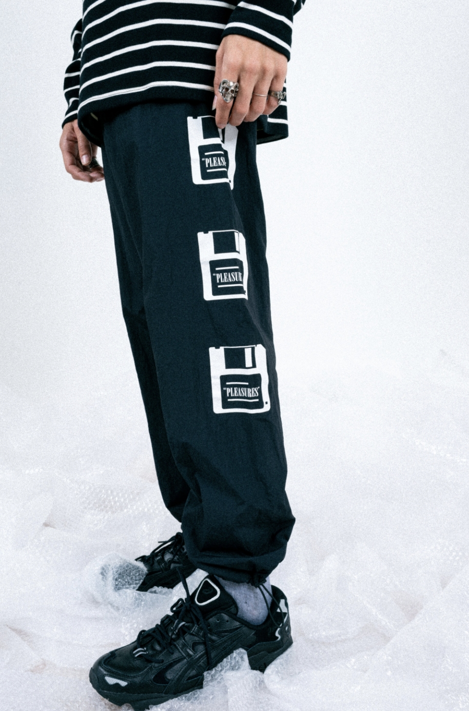 【PLEASURES/プレジャーズ】OVER YOU NYLON TRACK PANT トラックパンツ / BLACK