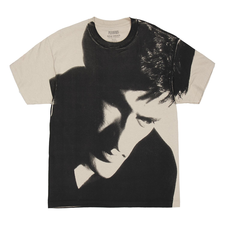 【PLEASURES/プレジャーズ×NEW ORDER/ニュー・オーダー】LOWLIFE T-SHIRT Tシャツ /  SAND