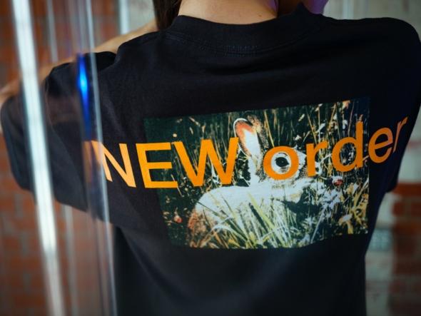 【PLEASURES/プレジャーズ×NEW ORDER/ニュー・オーダー】GUILT T-SHIRT Tシャツ / BLACK