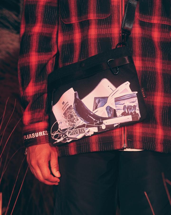 【PLEASURES/プレジャーズ】TAIKAN X PLEASURES SACOCHE BAG サコッシュバッグ / BLACK