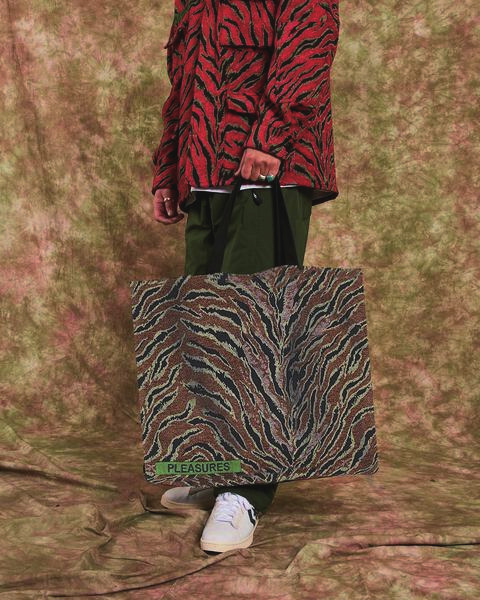 【PLEASURES/プレジャーズ】JUNGLE OVERSIZED DOUBLE SIDED TOTE トートバッグ / CAMO