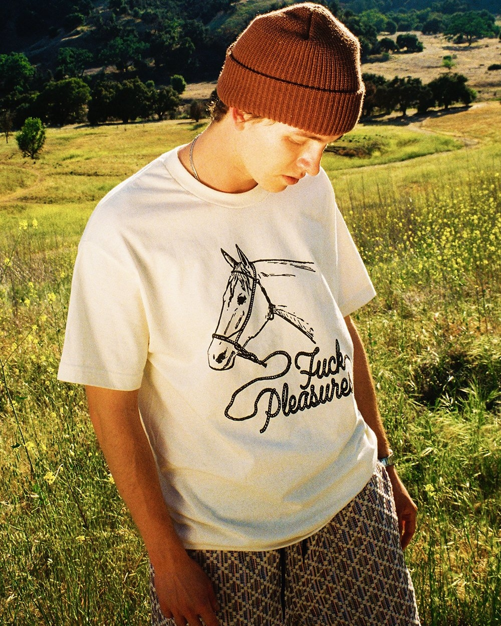 【PLEASURES/プレジャーズ】PONY T-SHIRT Tシャツ / CREAM