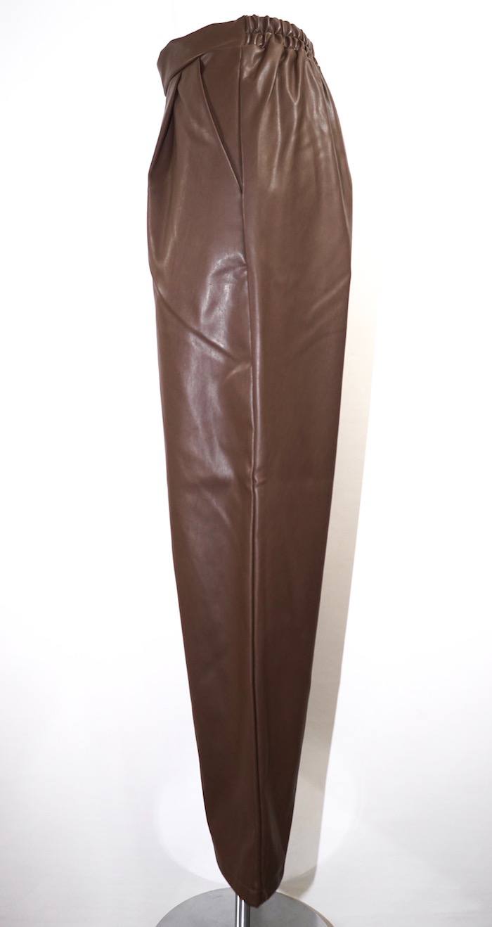 Leather Touch Tuck Tapered Pants (brown)