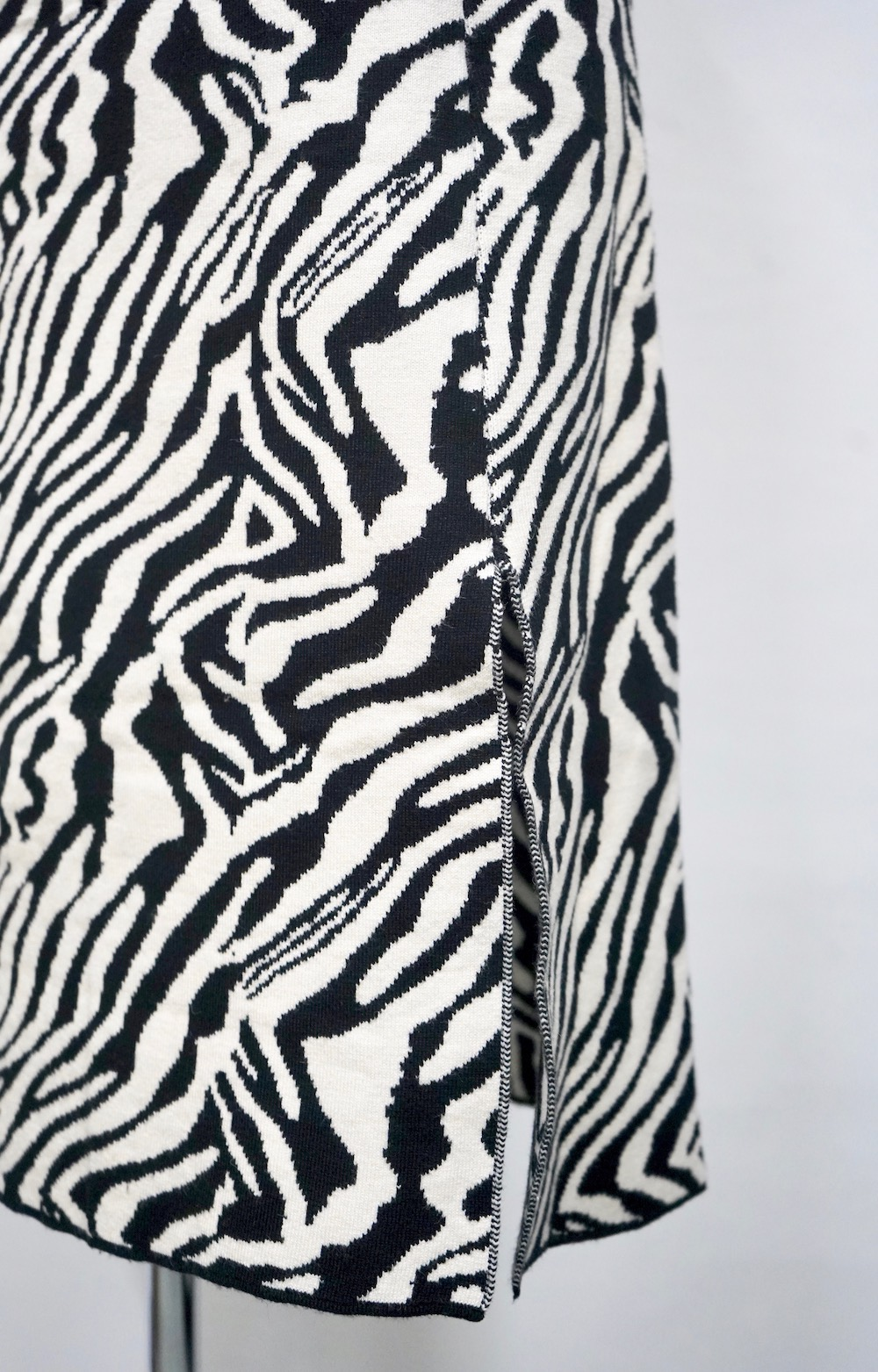 Zebra Slit Knit Skirt (white)