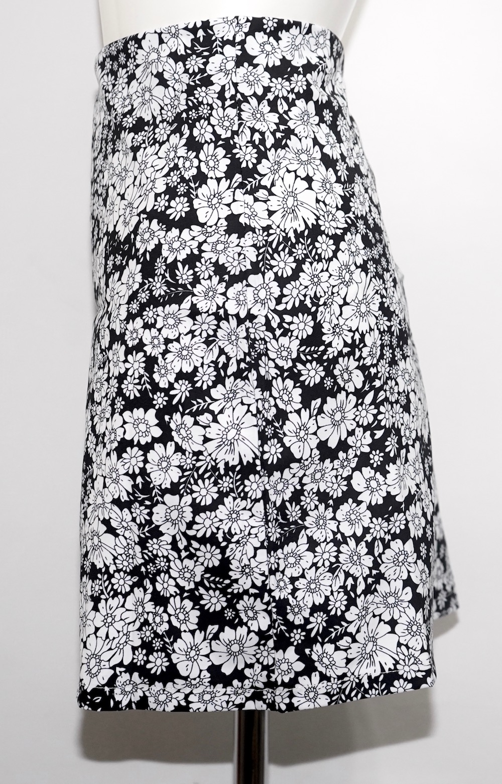 Monotone Flower Mini-Skirt