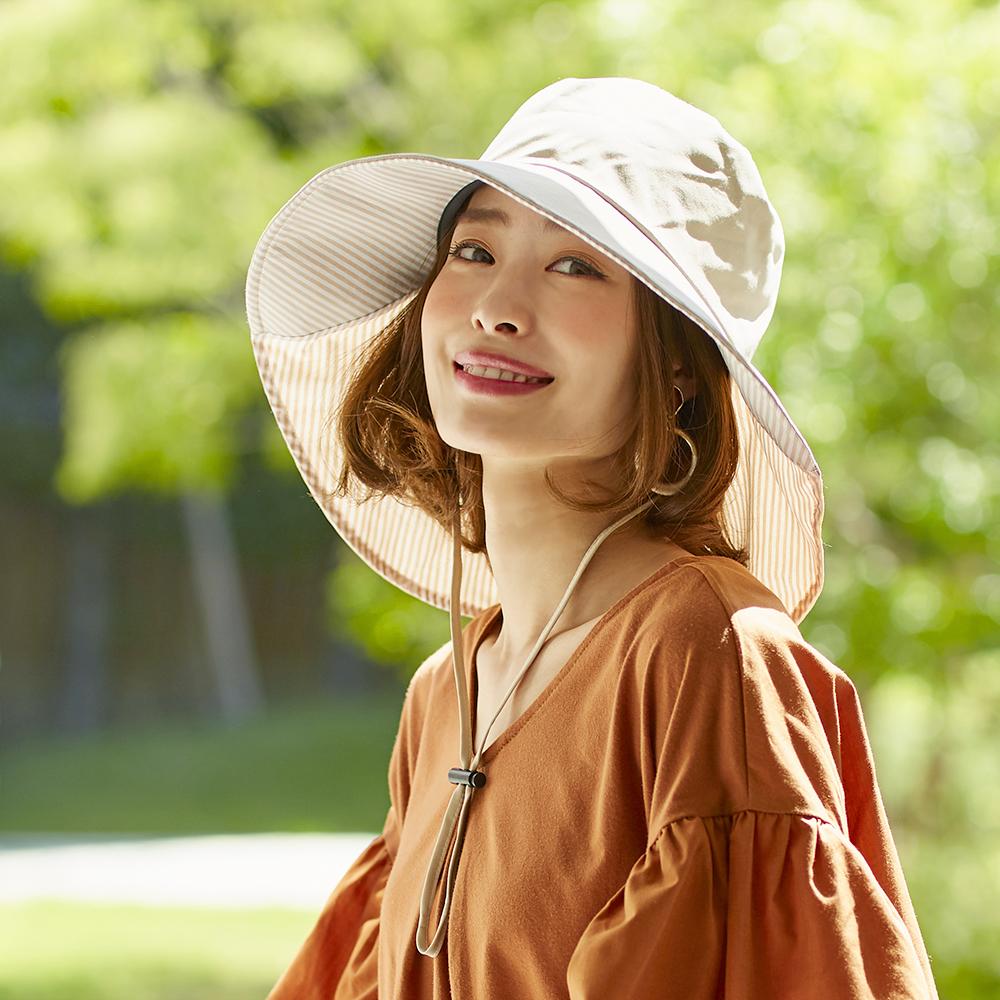 顔が明るく映えるUVつば広帽子