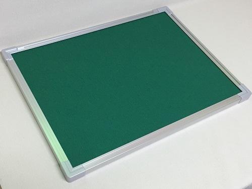 壁掛け式屋内掲示板(押しピンタイプ) グリーン色 / タテ60cm x ヨコ90cm x 厚み2.5cm/重さ約3.8kg