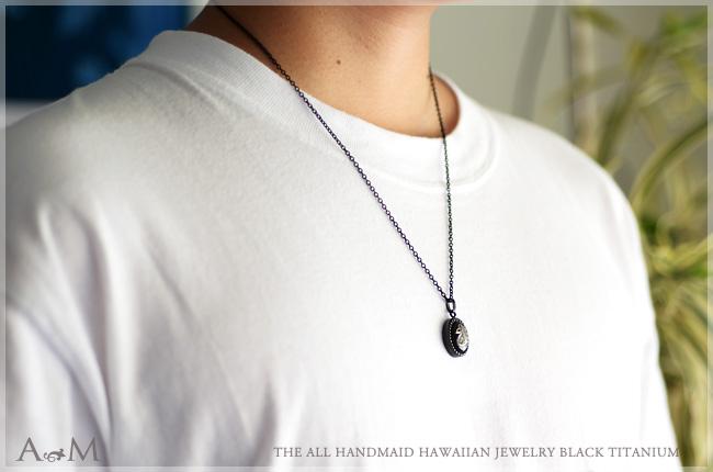 【ペアセット】ハワイアンジュエリー アクセサリー レディース メンズ 手彫りのスクロール模様 ブラックチタン オーバル シェイプ チェーン ペアペンダント ペアネックレス bpd1358