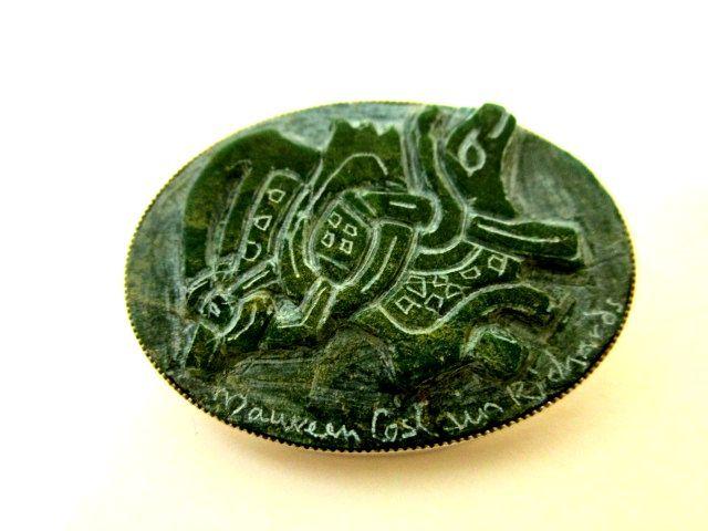 英国ビンテージ シルバーブローチ 手彫り石 古代の珍獣/ブラギンドラゴン ケルト ヴァイキング マン島 純銀 Ballabrara Arts箱付