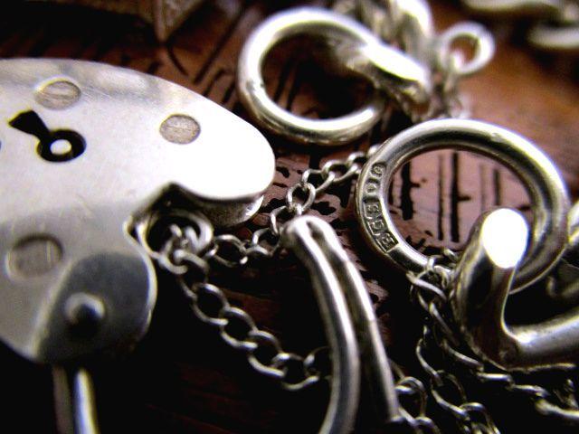 英国ビンテージ シルバーブレスレット 鍵付 チェーン チャーム13個 指輪 アンティークフォブ 72g 純銀 イギリス バーミンガム1976年RGS社製