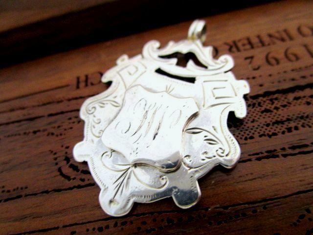 英国 アンティーク シェールド型 チェーン フォブ/ペンダント 彫金装飾 懐中時計 純銀 8g イギリス ビクトリア期 1892年
