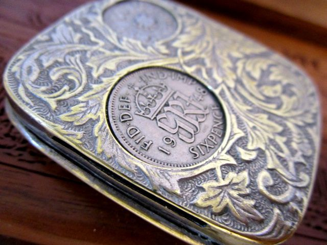 英国アンティーク/ビンテージ コインホルダーケース ソブリン 6ペンス1948年 銀貨 他 5枚イギリス製 唐草模様