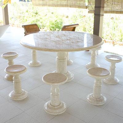 大理石のラウンドテーブル