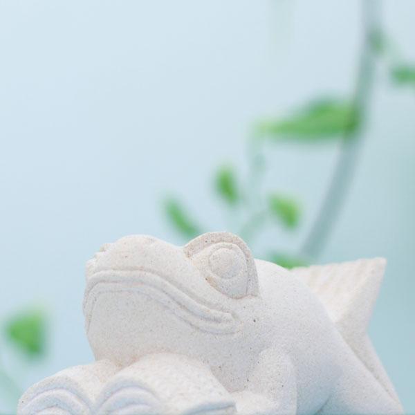 かわいいかえるの石像 本読みカエル