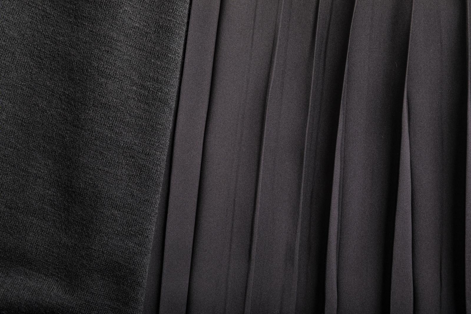 ニット&サテンのドッキングプリーツスカート