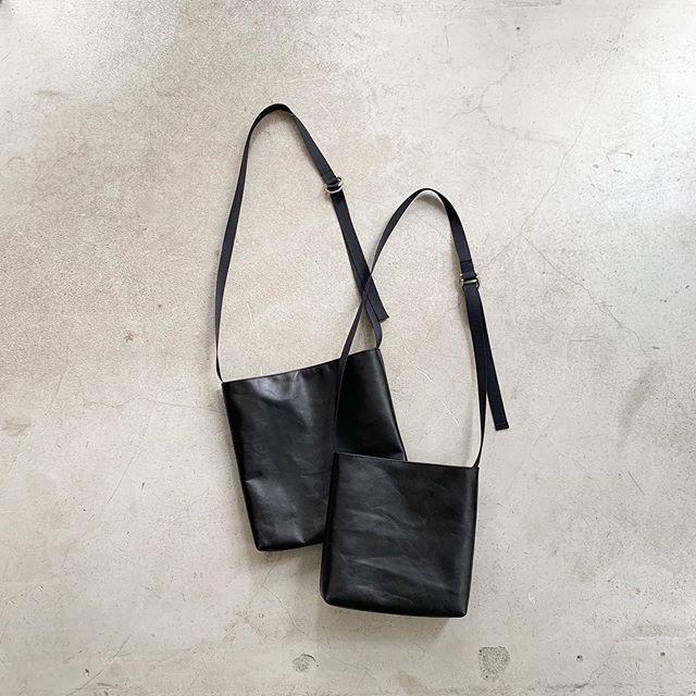 ARUMO レザーショルダーバッグD (M) / ブラック