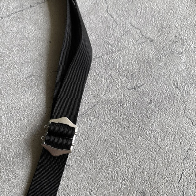 ARUMO レザージップサコッシュ(M) / ブラック