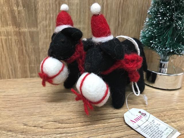 羊毛フェルトToy ブラックラブラドールwithプレゼント クリスマスオーナメント
