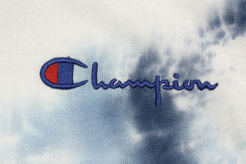 CHAMPION SCRUNCH DYE EMBROIDERED LOGO HOODIE (BLUE)
