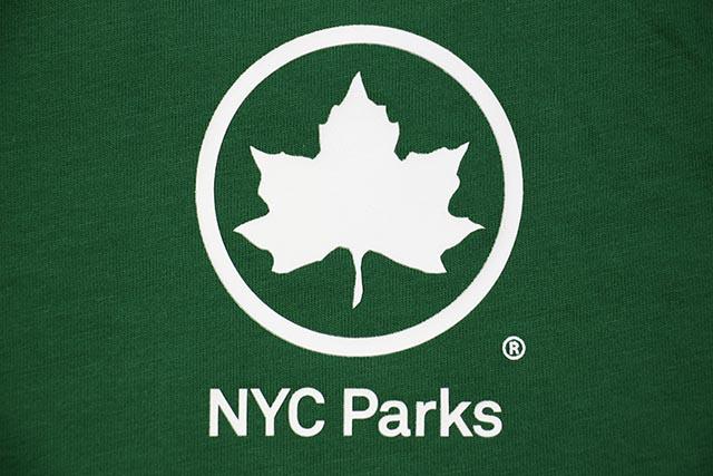NIKE SPORTSWEAR NYC PARKS SHORT SLEEVE TEE (CV7543-302:PINE GREEN)