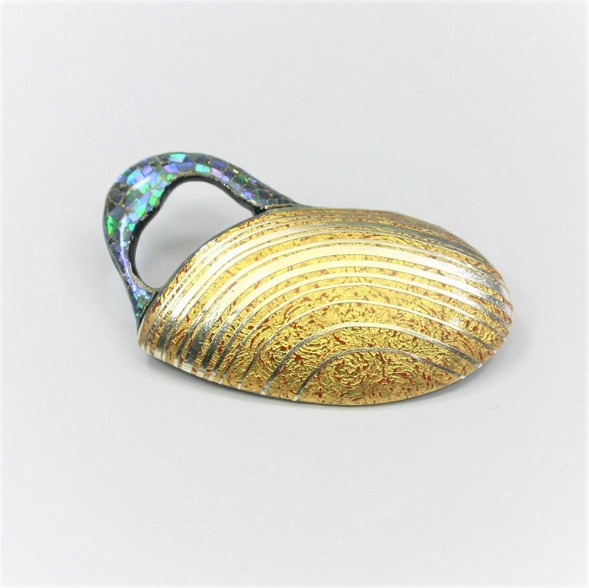 漆ブローチ 朱漆と金箔研ぎ出し 螺鈿 プラチナライン abu00001
