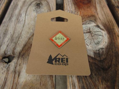 新品 REI ダイアモンドロゴ ピンバッヂ acf666