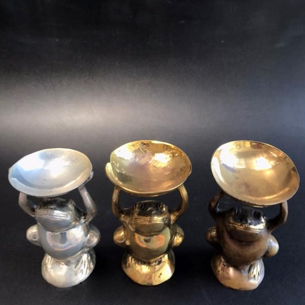 皿を持つカエル/カエルのオブジェ/かえるの置物 /真鍮製