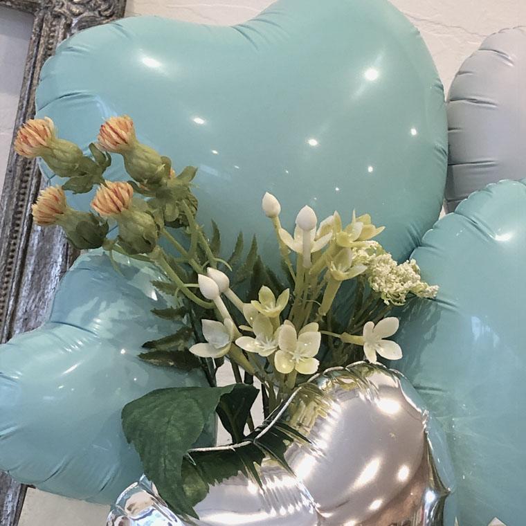 ティファニーブルーとお花でナチュラルでオシャレな雰囲気の置き型バルーンギフト