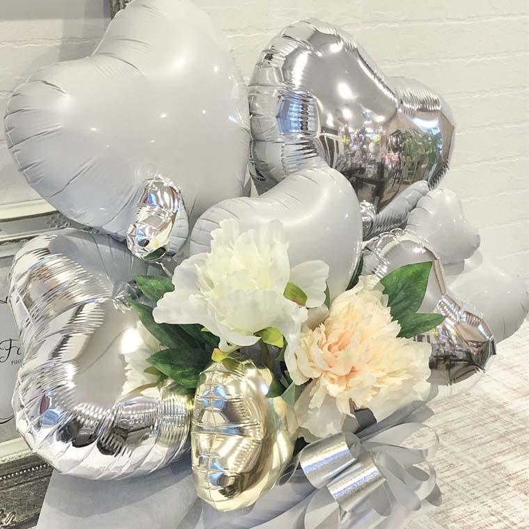 結婚祝いや結婚記念日のプレゼント、開店のお祝いなどにぴったり☆ホワイトシルバーで上品で綺麗な置き型バルーンギフト